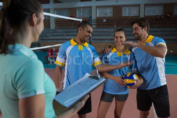 Feminino treinador voleibol jogadores feliz em pé Foto stock © wavebreak_media