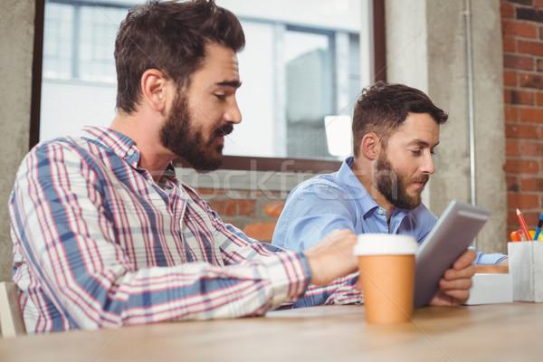 Stock fotó: üzletemberek · beszél · kolléga · digitális · tabletta · iroda
