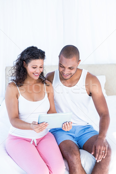 Feliz marido grávida esposa digital Foto stock © wavebreak_media
