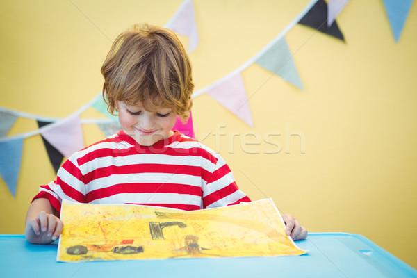 Glimlachend kind afgewerkt schilderij bureau Stockfoto © wavebreak_media