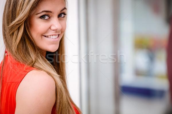 Portré gyönyörű nő mosolyog boldog szépség bolt Stock fotó © wavebreak_media