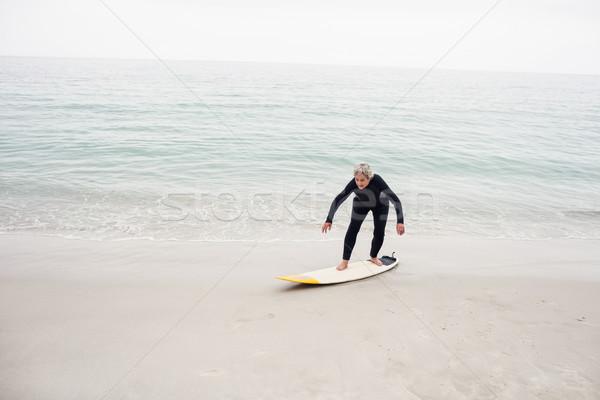Altos mujer surf tabla de surf playa feliz Foto stock © wavebreak_media