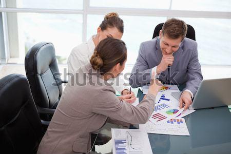 Vista lateral dois pessoas de negócios olhando postá-lo parede Foto stock © wavebreak_media