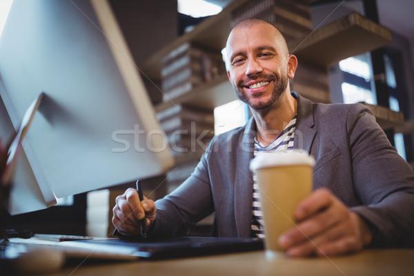 Creatieve zakenman beschikbaar beker graphics Stockfoto © wavebreak_media