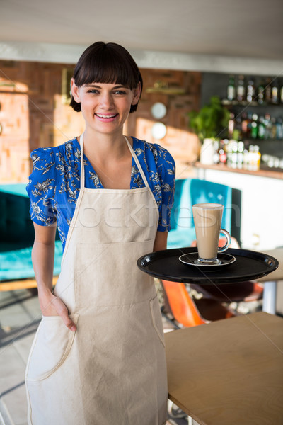 Glimlachend serveerster glas koffie portret Stockfoto © wavebreak_media
