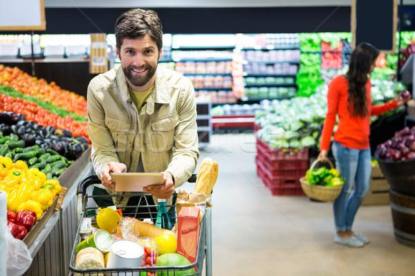 Hombre digital tableta compras supermercado retrato Foto stock © wavebreak_media