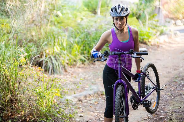 Női kerékpáros hordoz hegyi kerékpár sétál park Stock fotó © wavebreak_media