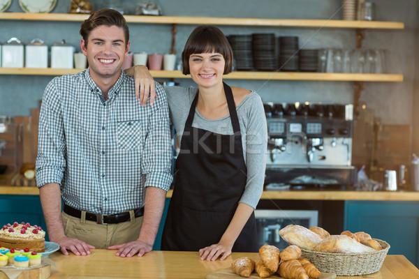 Portret man serveerster permanente brood counter Stockfoto © wavebreak_media
