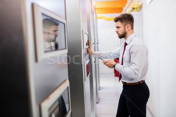 Technikus néz szerver faliszekrény szoba telefon Stock fotó © wavebreak_media