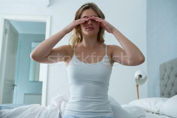 Fiatal nő felfelé alszik hálószoba otthon nő Stock fotó © wavebreak_media