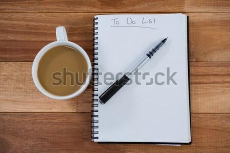 Caneca de café diário caneta mesa de madeira negócio Foto stock © wavebreak_media