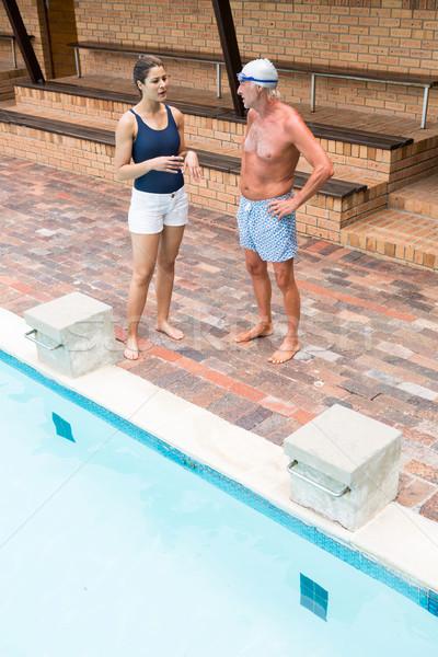 Nadar entrenador altos hombre verano hablar Foto stock © wavebreak_media