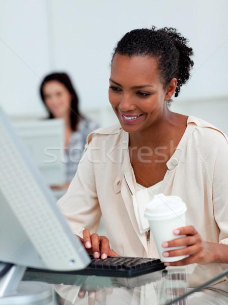 Zachwycony kobieta interesu pitnej kawy biurko komputera Zdjęcia stock © wavebreak_media