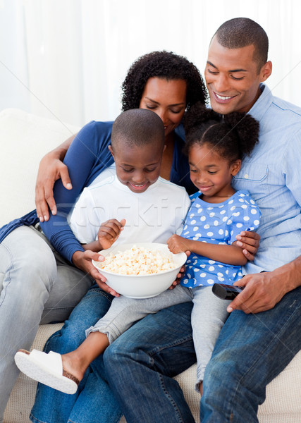 Familia feliz comer palomitas viendo tv casa Foto stock © wavebreak_media