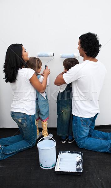 Stockfoto: Aandachtig · ouders · helpen · kinderen · verf · muur