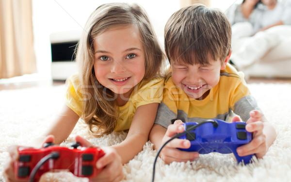 Broer zus spelen video game woonkamer familie Stockfoto © wavebreak_media