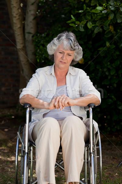 Glimlachende vrouw rolstoel mobiele vrouwelijke ziek gehandicapten Stockfoto © wavebreak_media