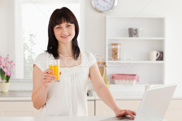 Prachtig brunette vrouw glas sinaasappelsap Stockfoto © wavebreak_media