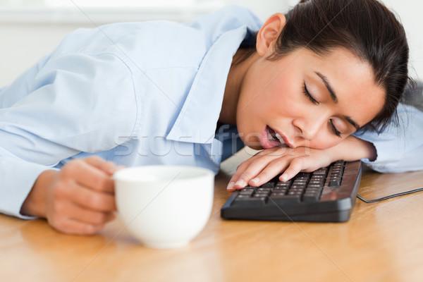 Csinos nő alszik billentyűzet tart csésze kávé Stock fotó © wavebreak_media