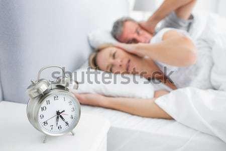 Goed kijken vrouw bed niet wekker Stockfoto © wavebreak_media