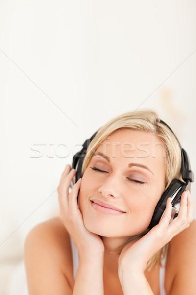 Portré derűs nő visel fejhallgató hálószoba Stock fotó © wavebreak_media