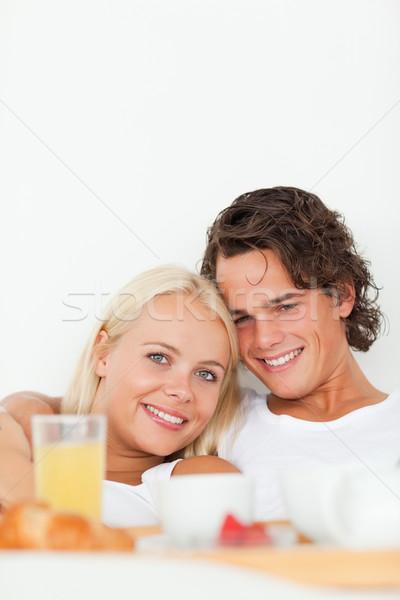Portret glimlachend paar ontbijt slaapkamer vrouw Stockfoto © wavebreak_media