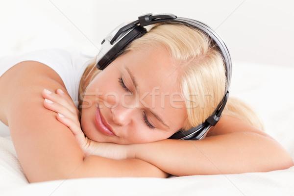 Sessiz kadın müzik yatak odası Stok fotoğraf © wavebreak_media