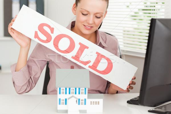 деловая женщина проданный знак миниатюрный Сток-фото © wavebreak_media