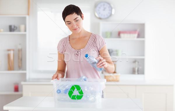 Kadın şişeler geri dönüşüm kutu mutfak mutlu Stok fotoğraf © wavebreak_media