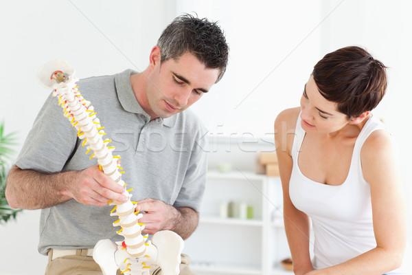 Chiropraxie patiënt naar model wervelkolom kamer Stockfoto © wavebreak_media