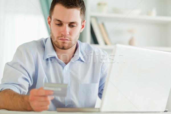 Jovem empresário cartão de crédito laptop computador internet Foto stock © wavebreak_media