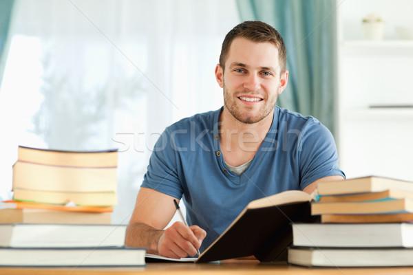 Zdjęcia stock: Uśmiechnięty · młodych · student · egzamin · papieru · pióro