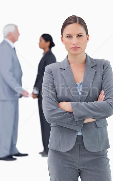 Ernstig zakenvrouw gevouwen armen collega's achter Stockfoto © wavebreak_media