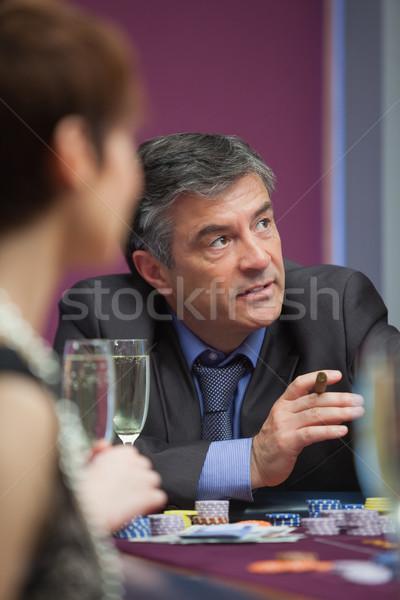 Homme cigare roulette table femme Photo stock © wavebreak_media