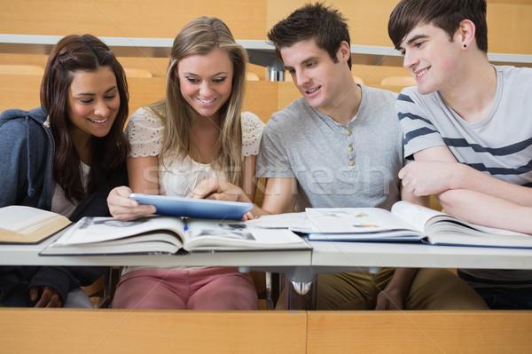 Estudiantes sesión conferencia sala mirando Foto stock © wavebreak_media