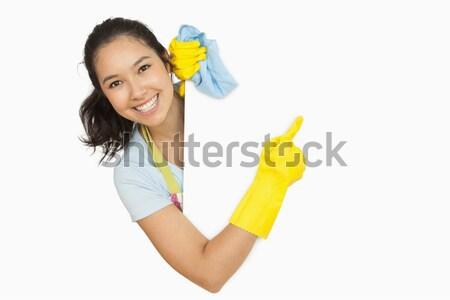 Vrolijk vrouw schoonmaken witte oppervlak schort Stockfoto © wavebreak_media