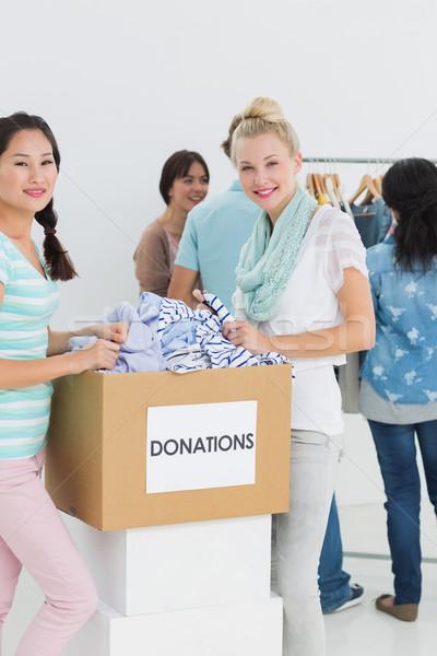 Foto d'archivio: Persone · vestiti · donazione · gruppo · giovani · ufficio