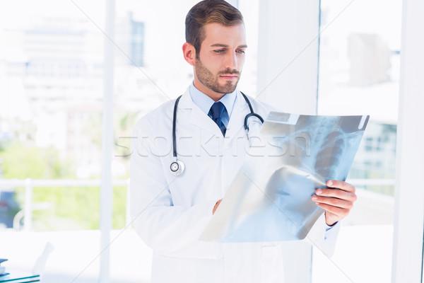 Geconcentreerde jonge mannelijke arts onderzoeken Xray medische Stockfoto © wavebreak_media