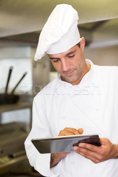 мужчины Кука цифровой таблетка кухне концентрированный Сток-фото © wavebreak_media