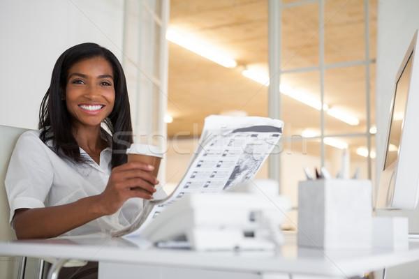 Mooie zakenvrouw lezing krant bureau kantoor Stockfoto © wavebreak_media