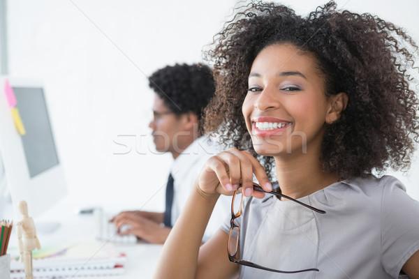 Jonge editor glimlachend camera bureau creatieve Stockfoto © wavebreak_media