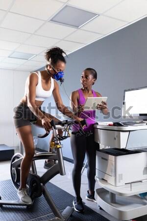 Personal trainer çalışma müşteri terazi spor salonu Stok fotoğraf © wavebreak_media