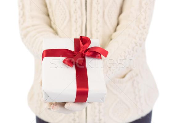 Mujer ofrecimiento regalo blanco Foto stock © wavebreak_media