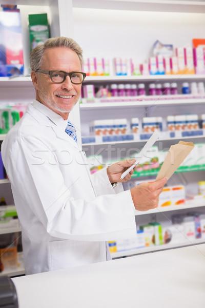 Mosolyog idős gyógyszerész tart recept gyógyszertár Stock fotó © wavebreak_media