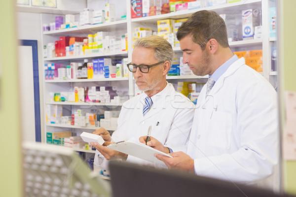 Squadra iscritto appunti farmacia uomo medici Foto d'archivio © wavebreak_media