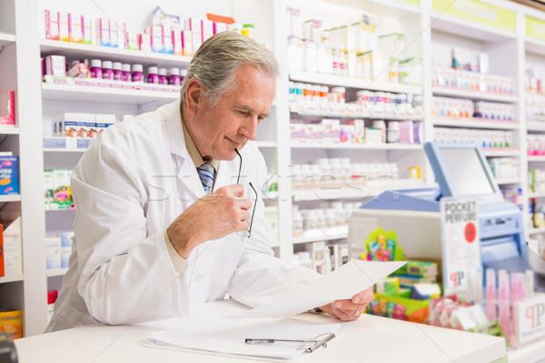 старший фармацевт чтение рецепт аптека счастливым Сток-фото © wavebreak_media