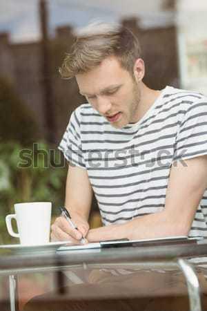 Jonge man met behulp van laptop bank home woonkamer man Stockfoto © wavebreak_media