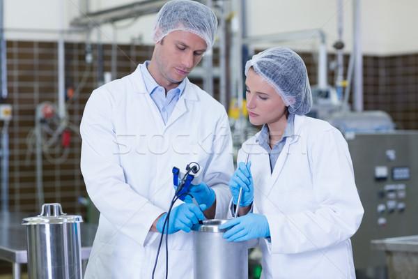 Centrado biólogo equipo fábrica hombre Foto stock © wavebreak_media