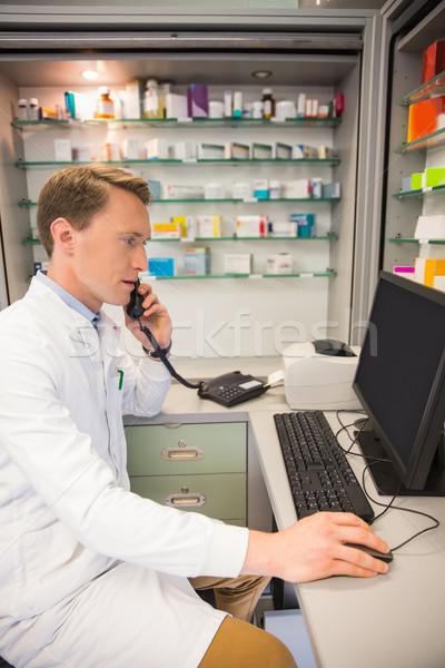 Sérieux pharmacien téléphone hôpital pharmacie Photo stock © wavebreak_media