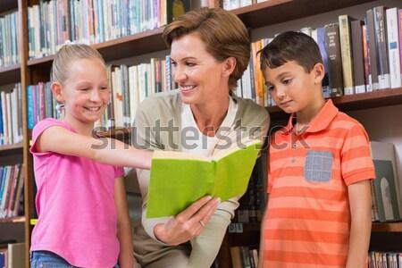 Leraar lezing boek leerlingen bibliotheek Stockfoto © wavebreak_media